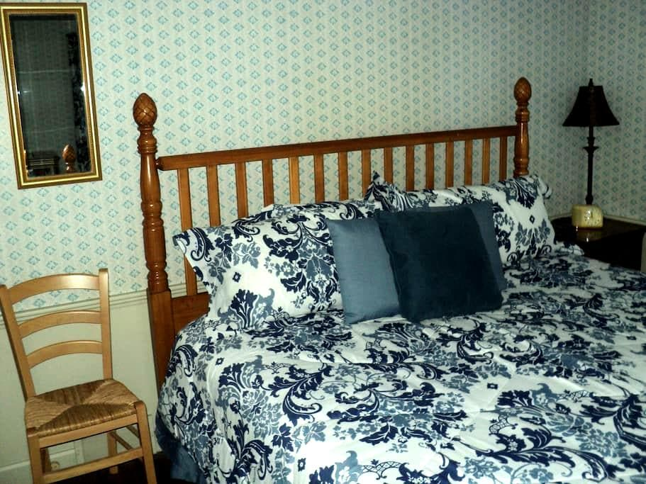 Pineapple Point Inn - Blue bedroom - Youngstown - Bed & Breakfast