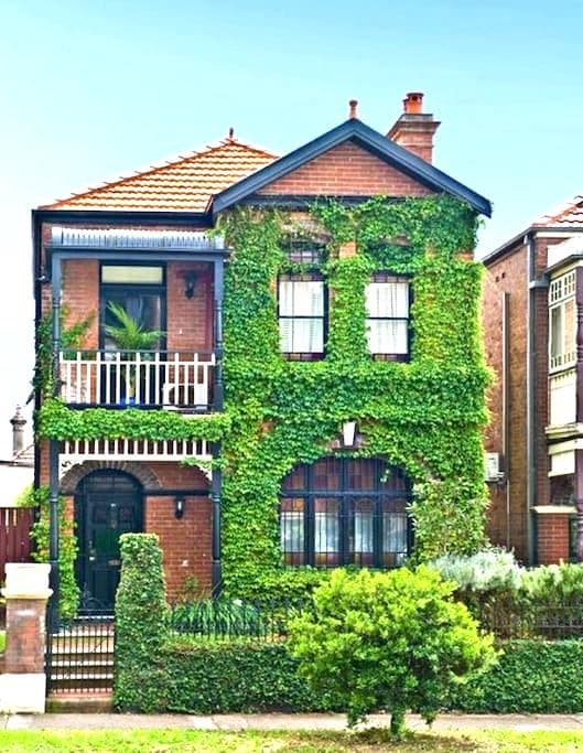 Classic Terrace - inner Sydney. - Stanmore - Huis