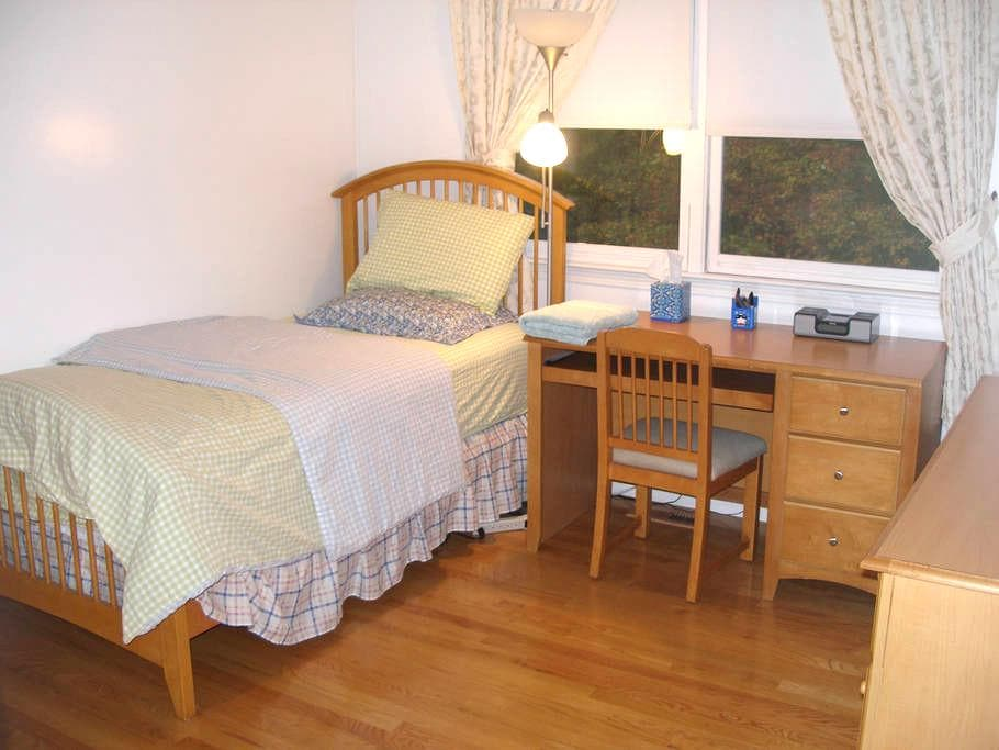 Quiet Clean Specious Room to Relax - Bedford
