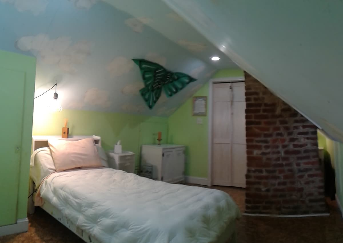 Charming Attic Room in Richmond