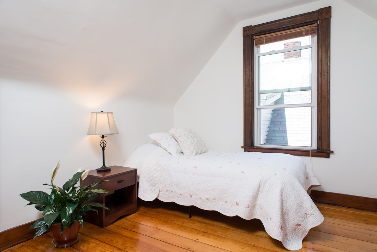 Cozy Room - near colleges & parks
