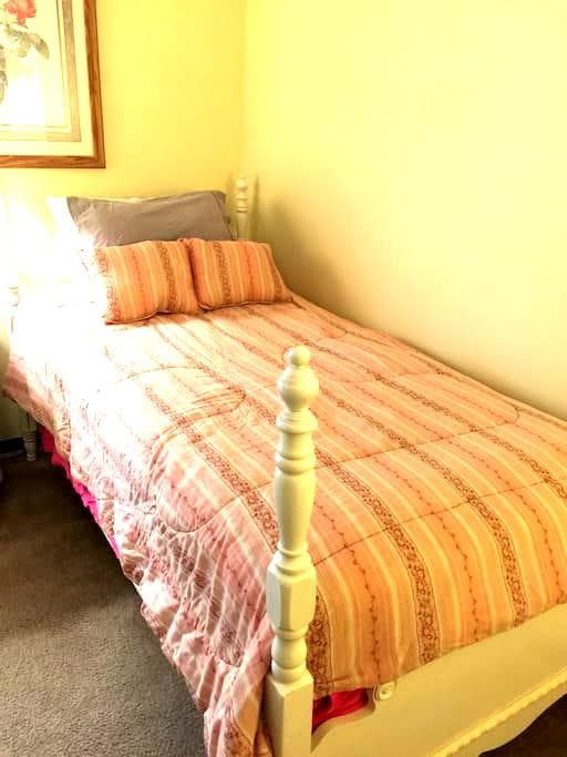 Comfortable Private Guest Room near EVERYTHING - Columbus