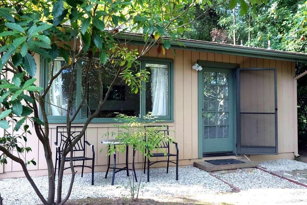 Little Cottage on the Hill - Hillsborough - Houten huisje