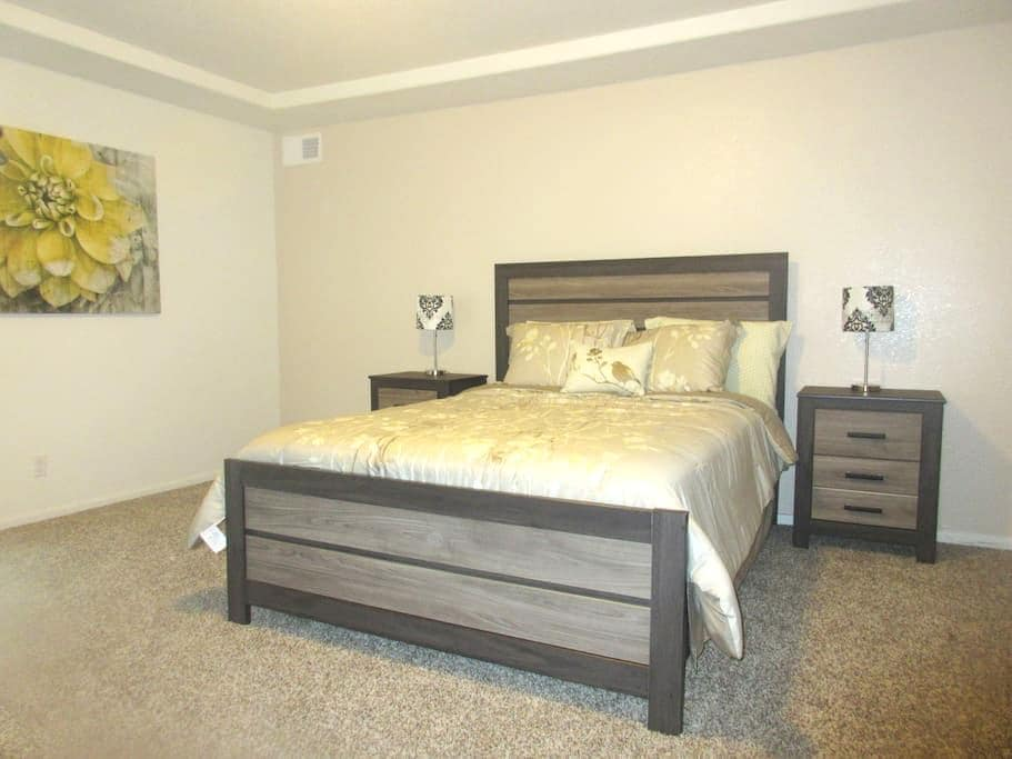 Private Floor (860 sq ft) in brand new home - Denver - Huis