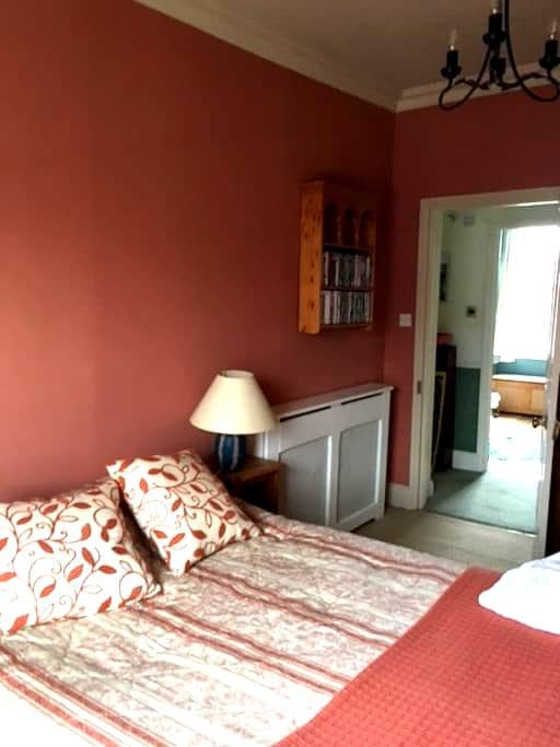 Private bedroom in period home - York - Huis