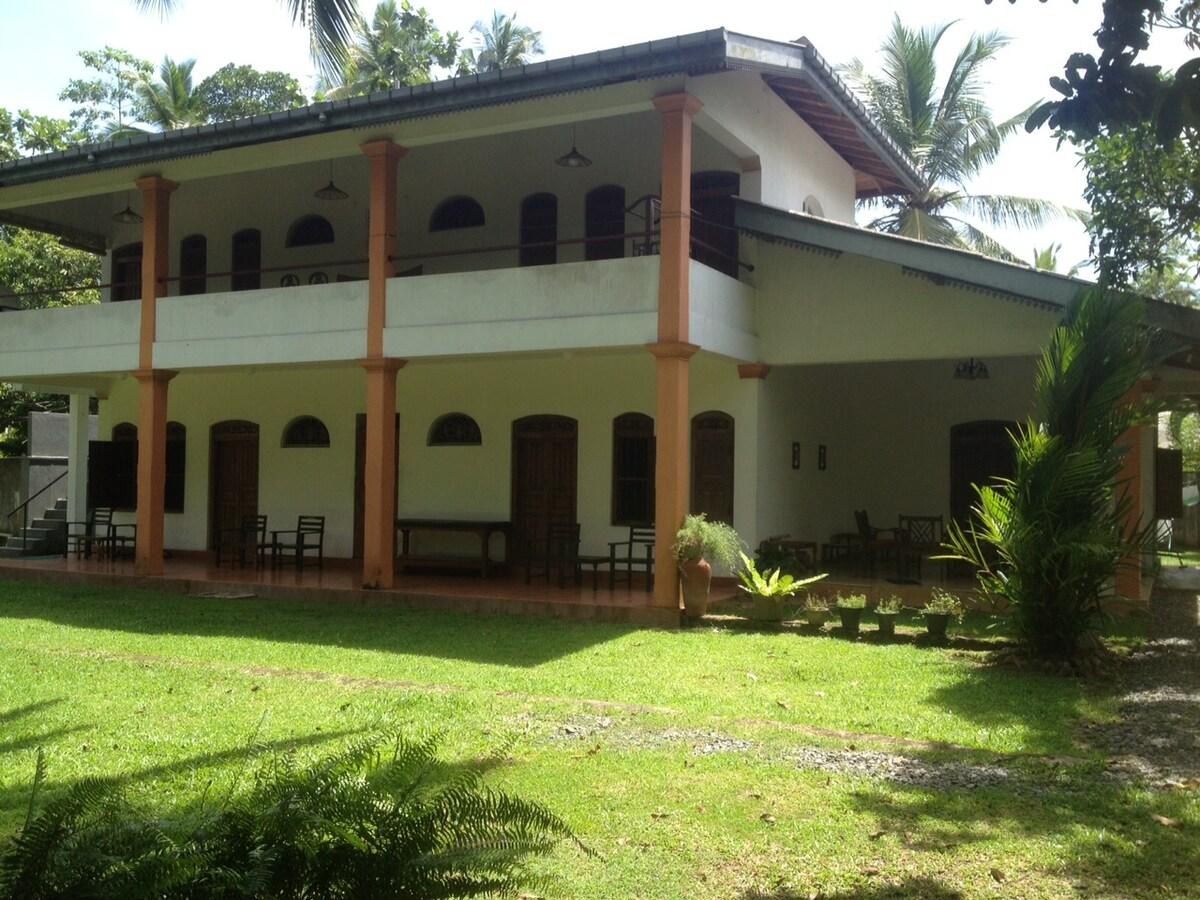 Haus Außenansicht, zu vermieten oben die 2 Zimmer mit Terrasse