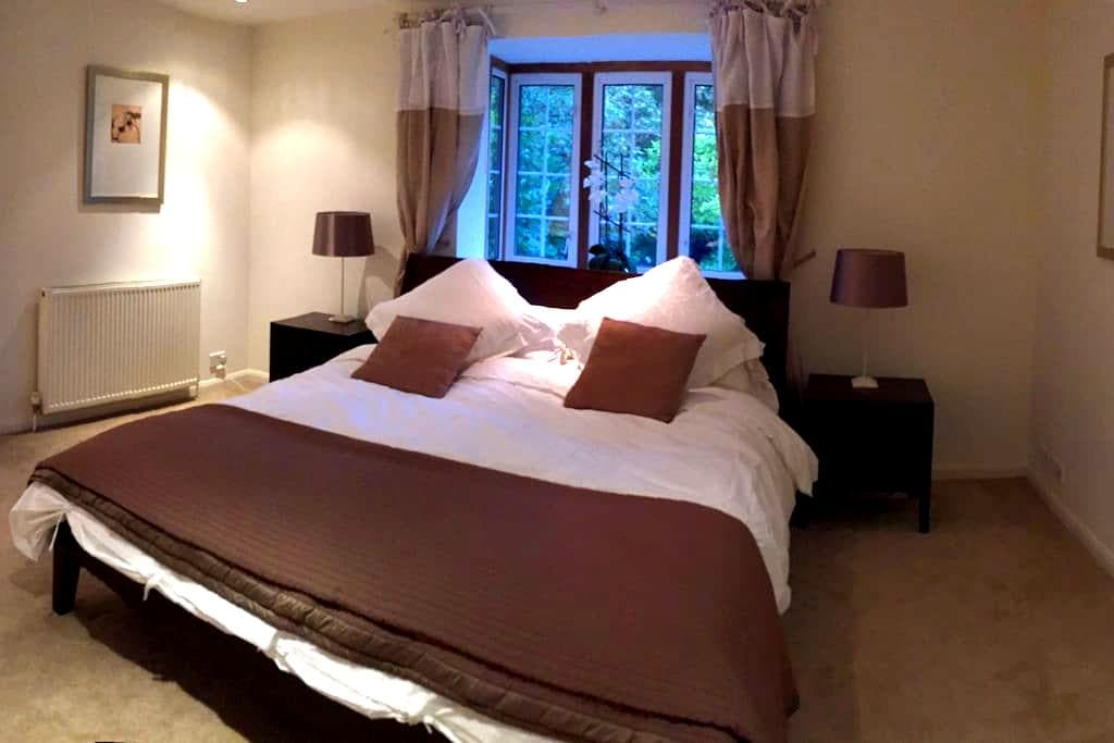 Stunning kingsize room with large ensuite, parking - Cobham - Haus