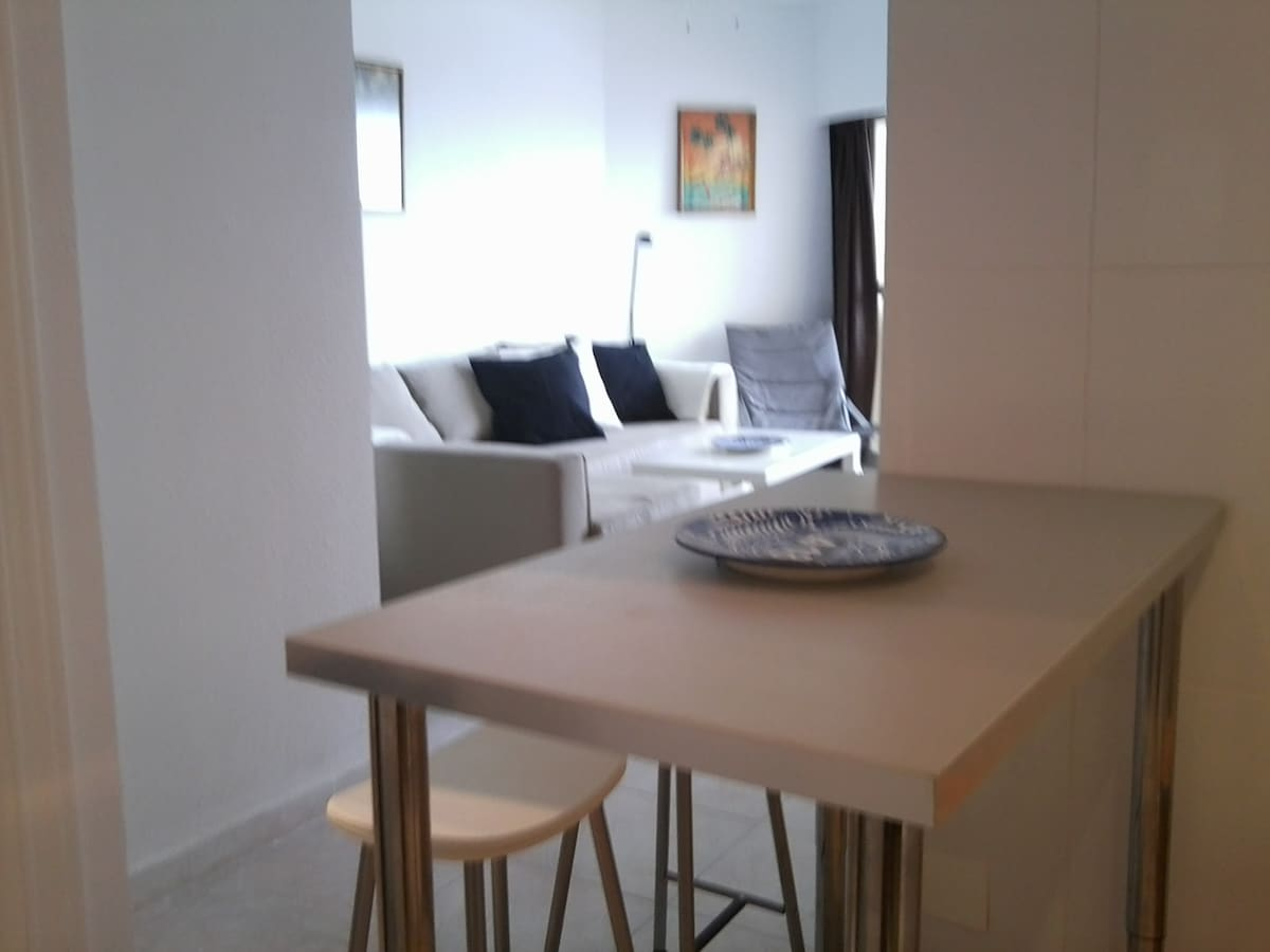 View from the kitchen to the living room  -                                                                                                                        Spiseplads i køkken og stuen