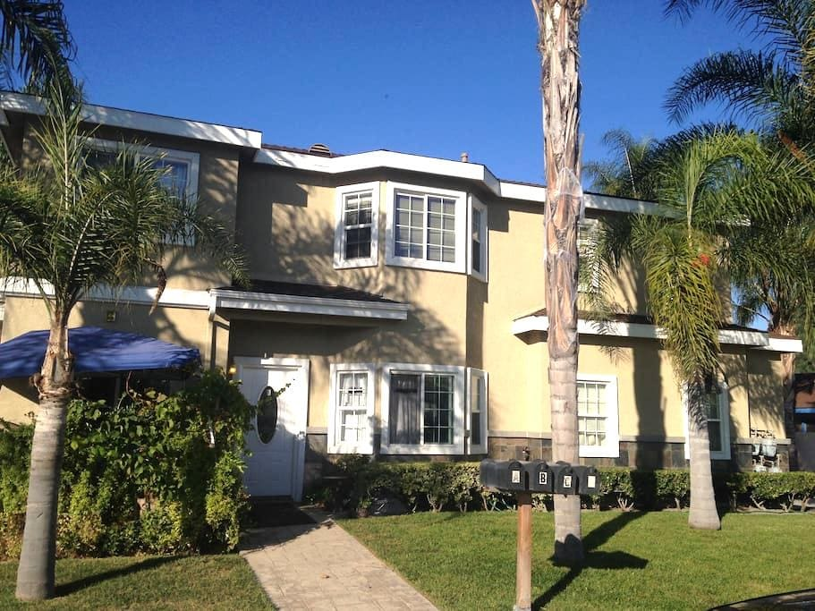 NEAR DISNEY, BEACHES, ANAHEIM CONVENTION CENTER! - Westminster - Maison de ville