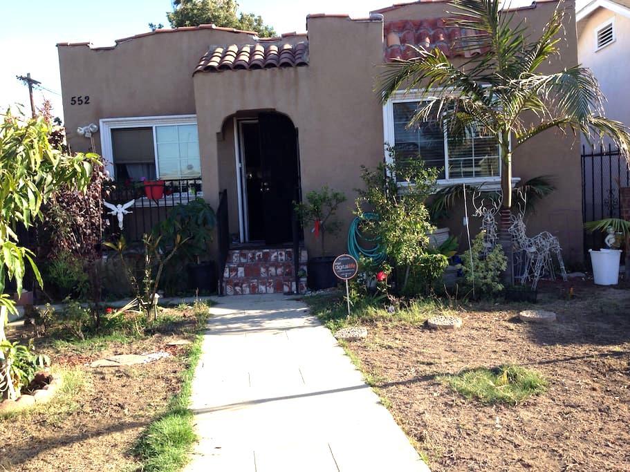 casa con mini árbol de mango plant - Los Angeles - Hus