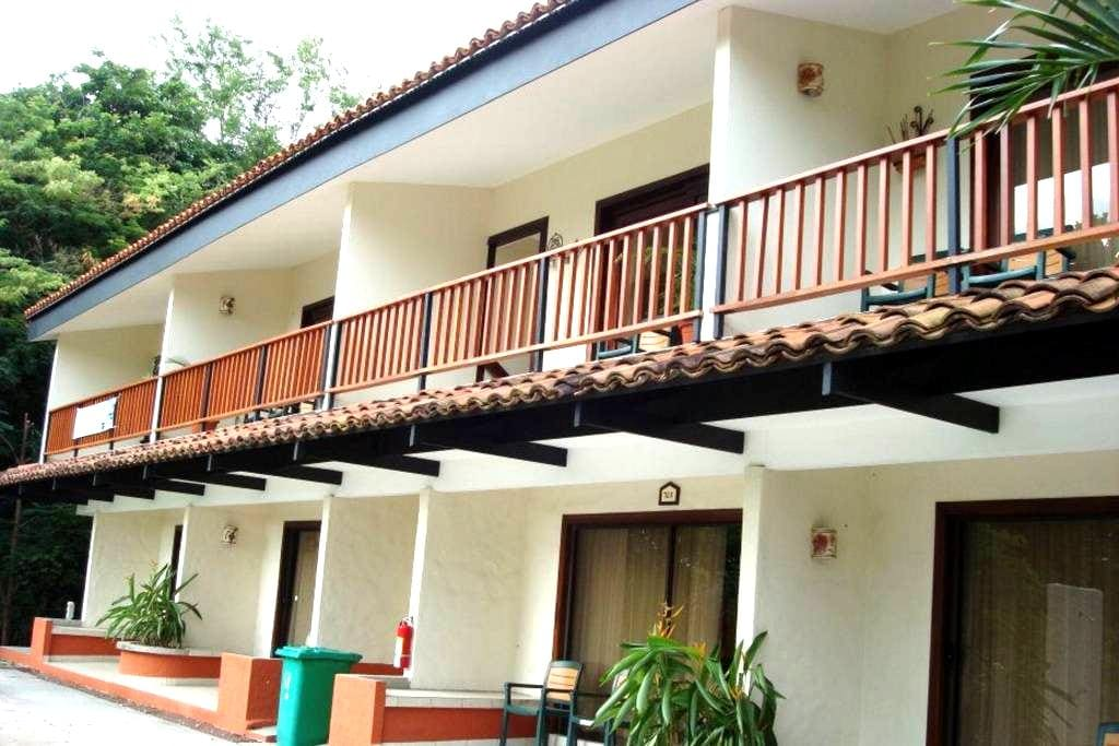 Beautiful Two-Story Condo footsteps from the Beach - Playa Hermosa - Betjent leilighet