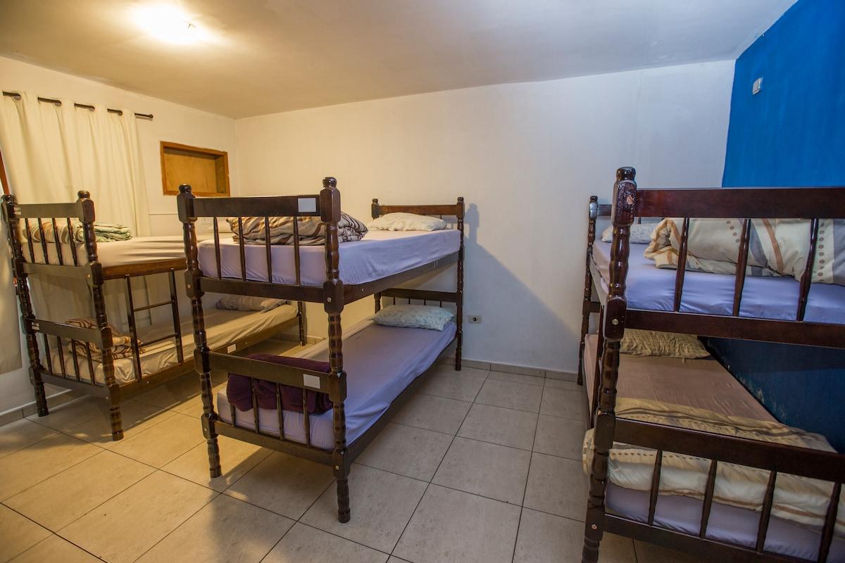 dormitório misto com 8 camas
