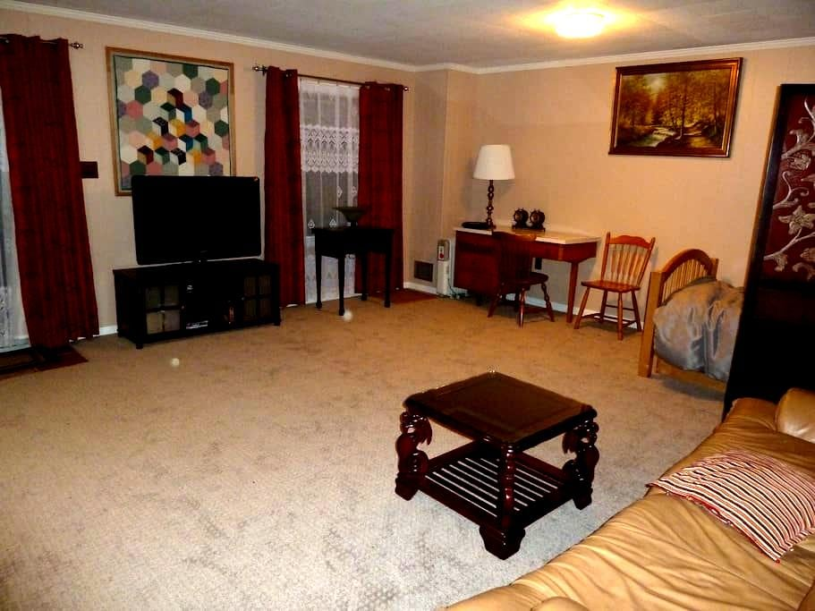 Large private room and bath with wifi near NIST - Gaithersburg - House