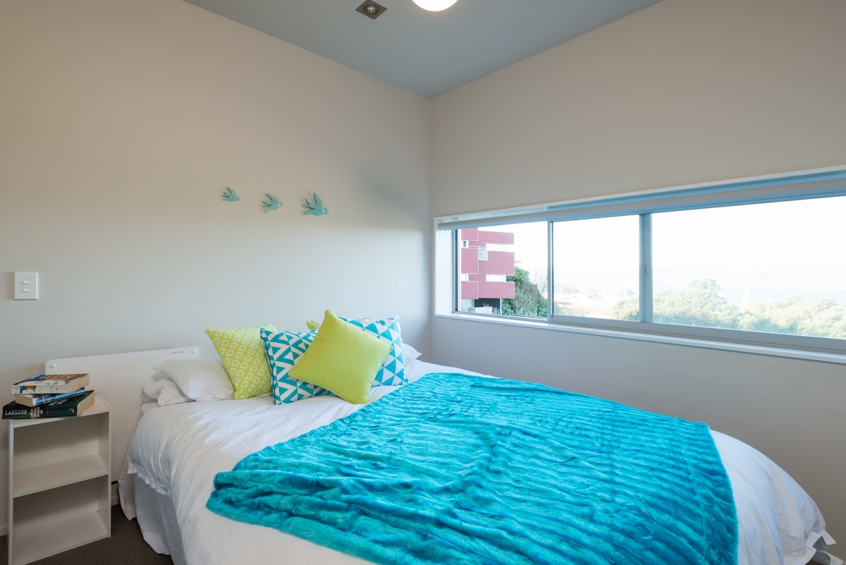 Queen bed with private bathroom and harbour view