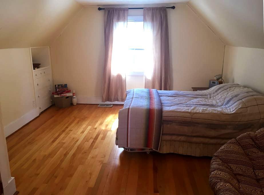 Large room in quaint suburban 'cuse - Siracusa - Casa