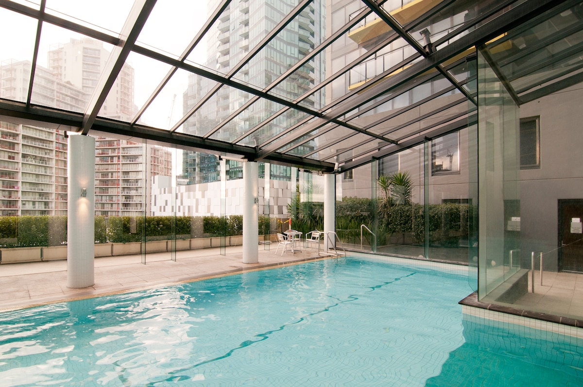 Heated swimming pool in the complex