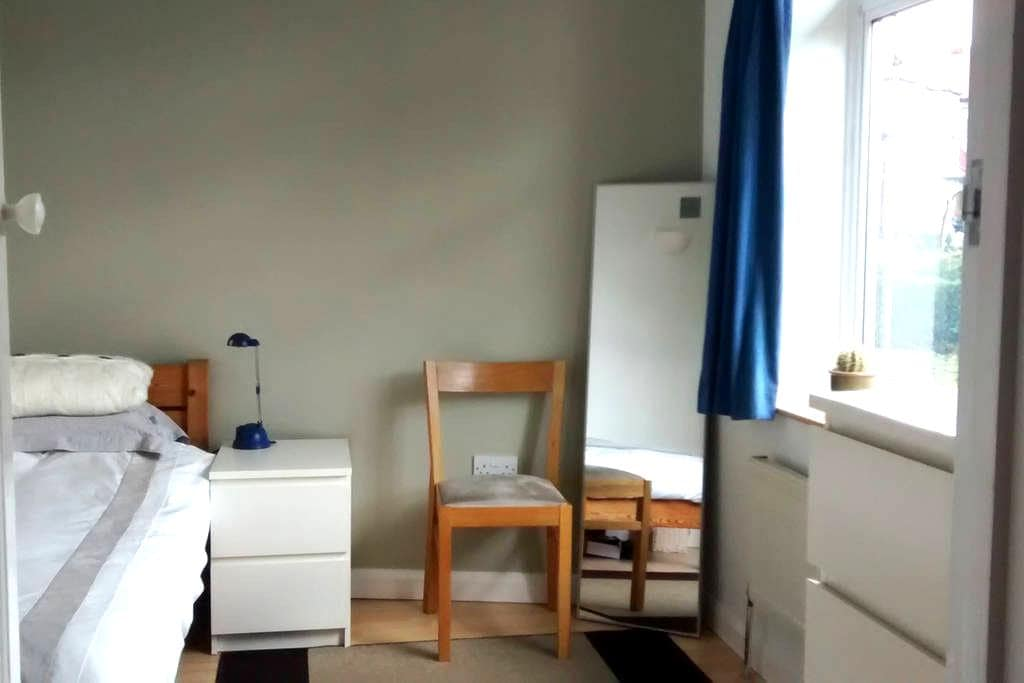 Bright room in quiet northern Ealing, west London - Perivale