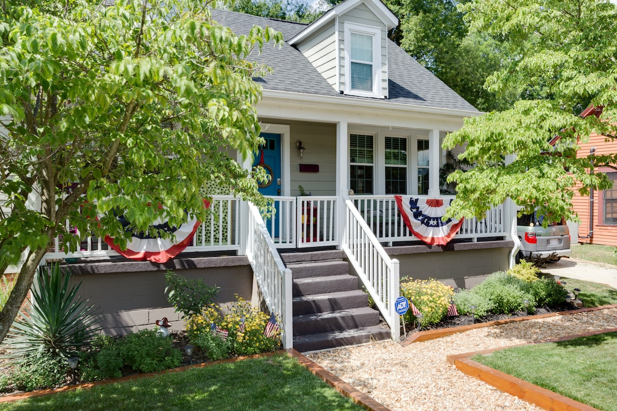 Welcome to our Cozy Cottage in Downtown Raleigh!