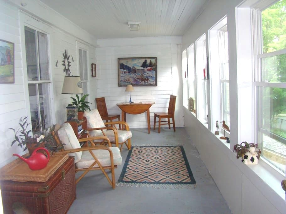 Quiet St in Town, gardens, terrace - Brattleboro - Apartemen