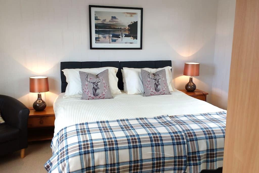 Comfortable spacious bedroom with shower room. - Monifieth - Casa