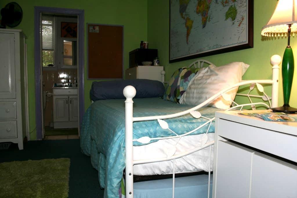 Comfy quiet room w/private bath - Miami - Inny