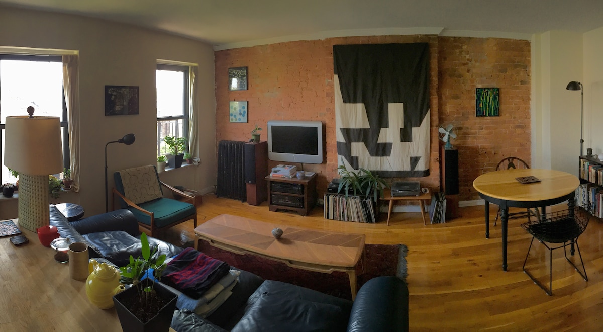 Private Room in Large 2BR Apartment
