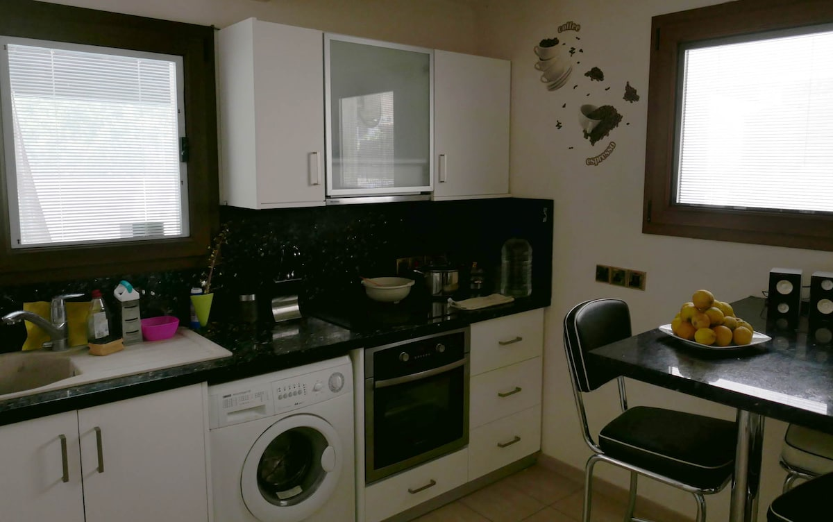 1 bed apt,10 mins from sea