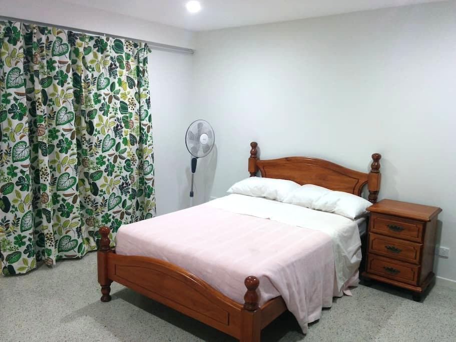 Large room, private entry & ensuite, kitchenette! - Woolloongabba