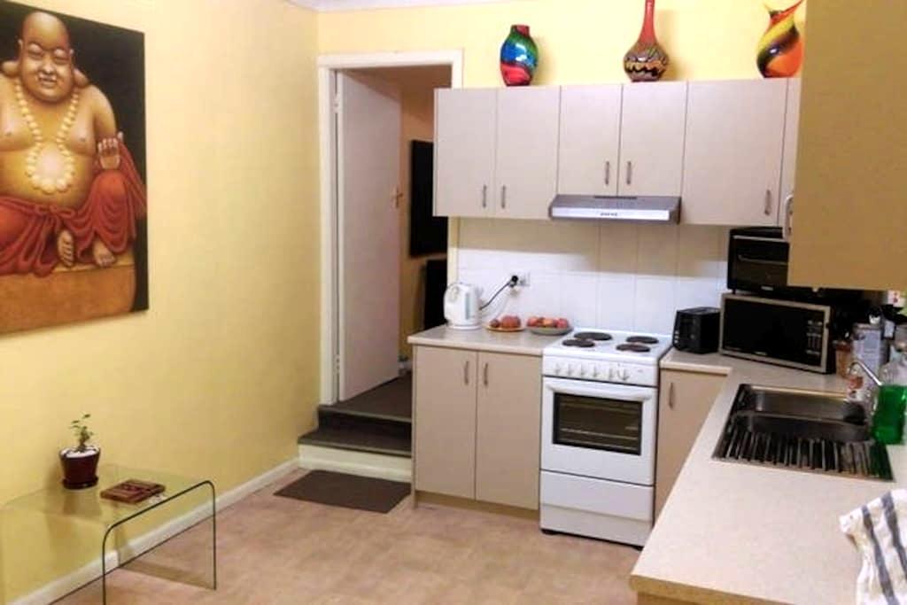 Entire Spacious 1bdr Unit between Airport & City - Rosebery - Apartament