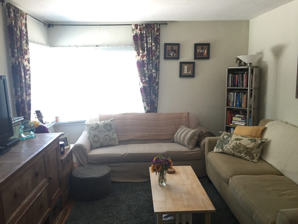 Quiet Apartment-walk to downtown!