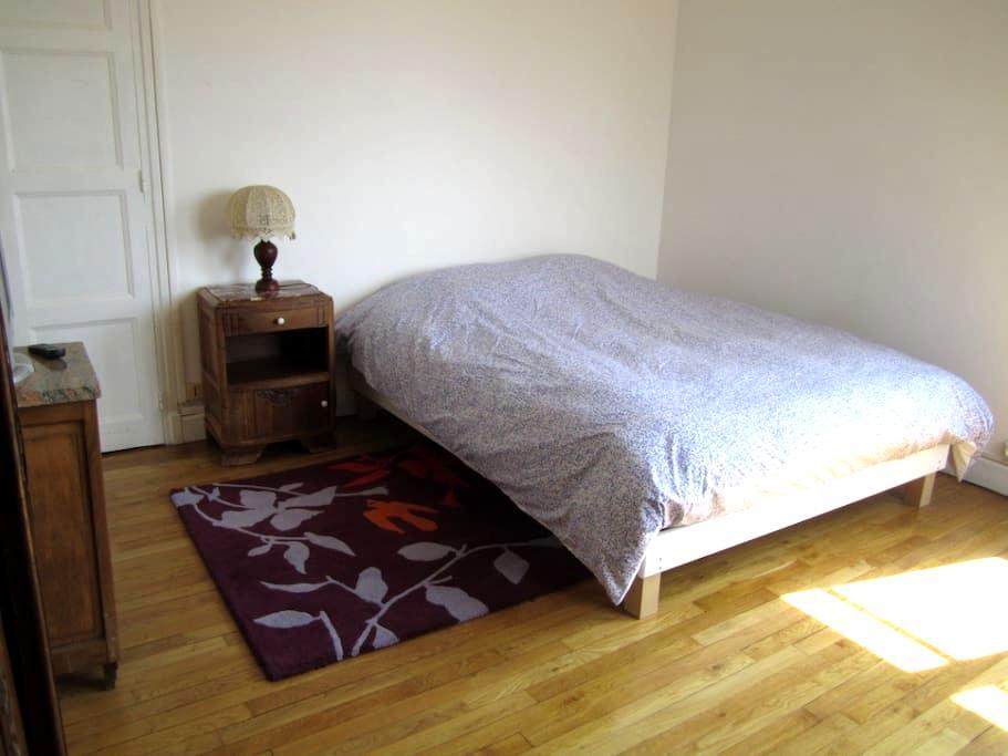 Chambre lumineuse dans maison calme - Troyes - Casa