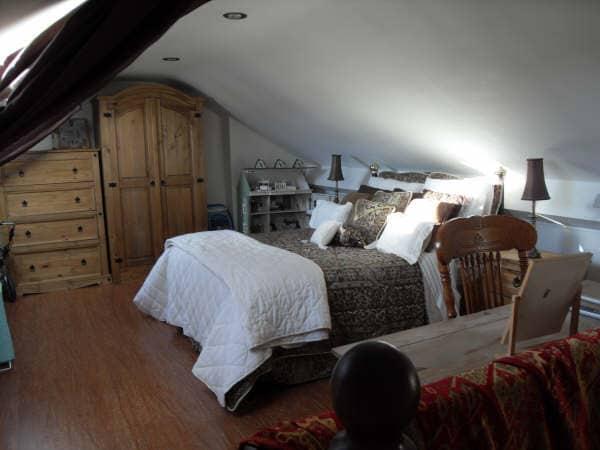 Bright cozy loft room sleeps 3.