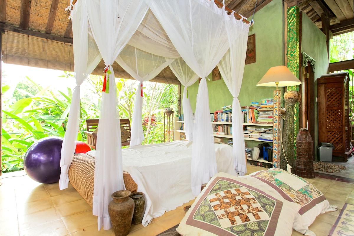 Light, bright interior, open to the garden all around.