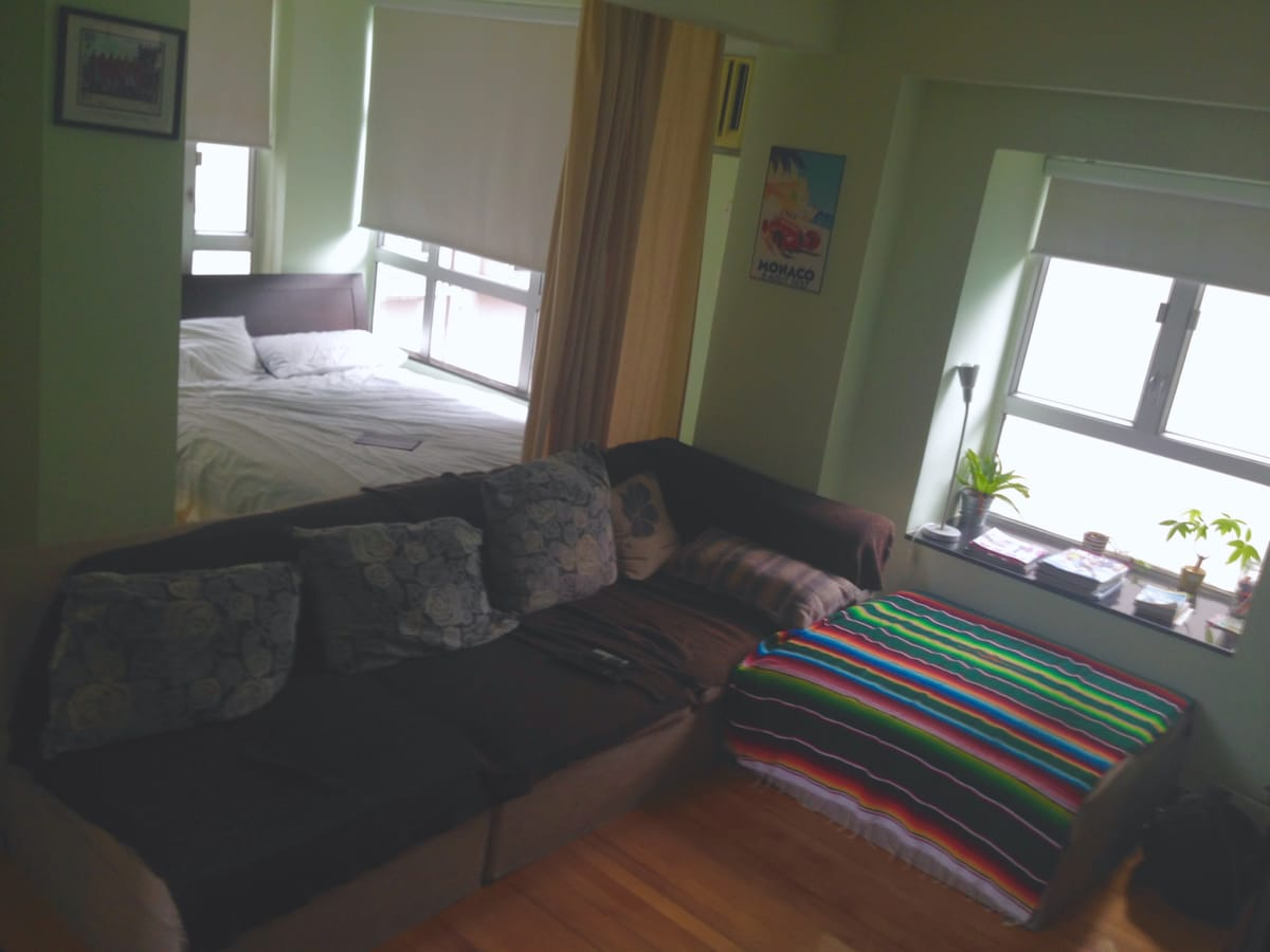 Spacious comfy studio in Mid-Levels