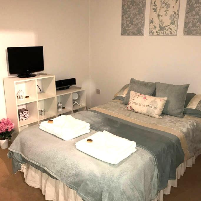 Modern Double Bedroom with own Private Bathroom - Hardwick