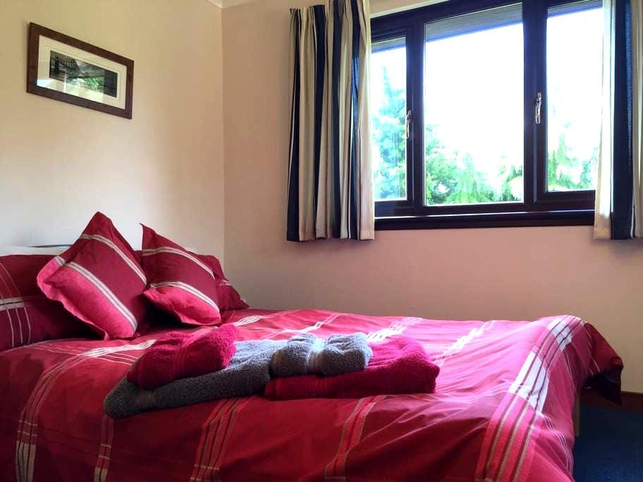 Spacious double room with full Scottish breakfast - Cumbernauld