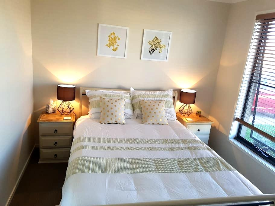 Private quiet rooms in Caloundra - WIFI available - Caloundra West - บ้าน