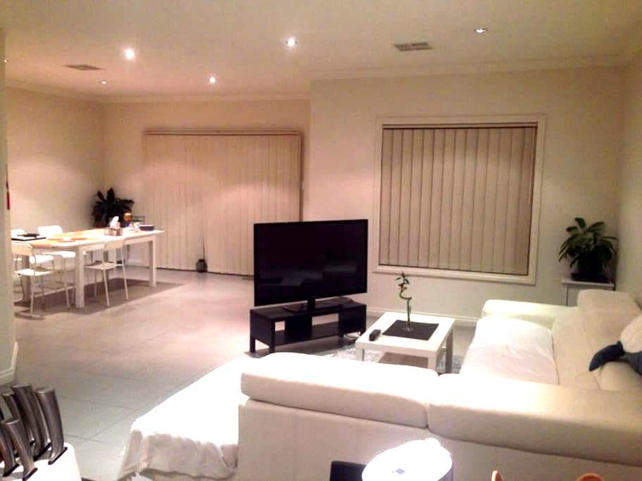modern house near city &shopping centre - Plympton Park - Casa