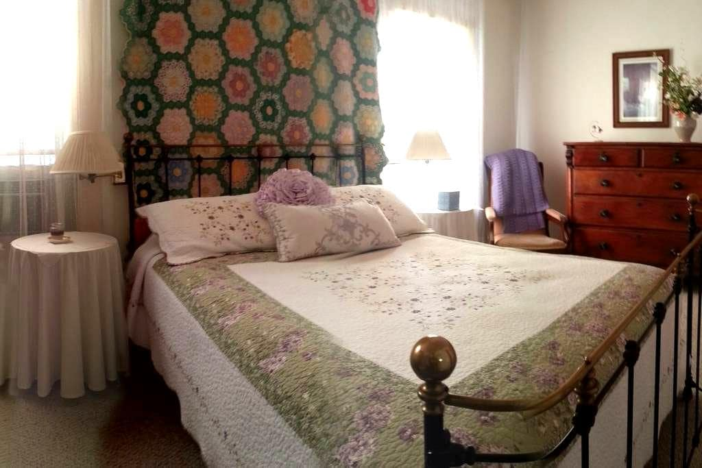 By the Plaza-Room 4 - Sonoma - Bed & Breakfast