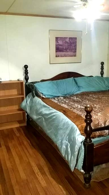 Clean king bedroom w remodeled bath - Broken Arrow
