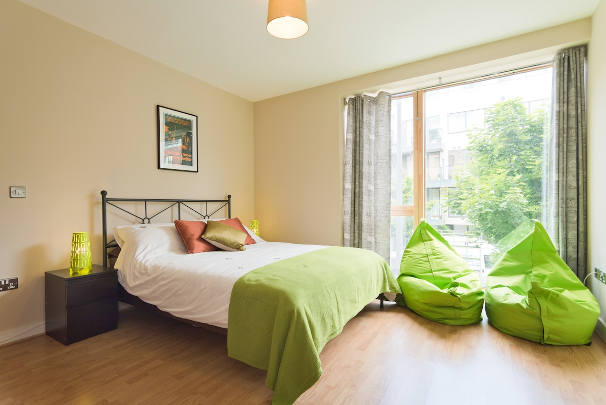 Quiet Docklands space for 2 people