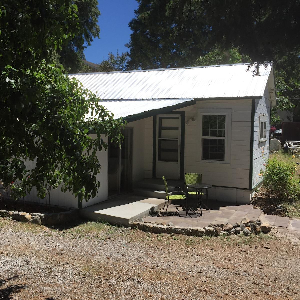 Cozy cottage on Mt Shasta Blvd