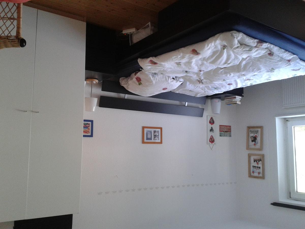 Schlafzimmer (zur ruhigen Rückseite des Hauses)