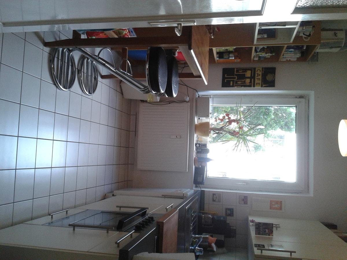 Küche mit Bartisch, voll ausgestattet