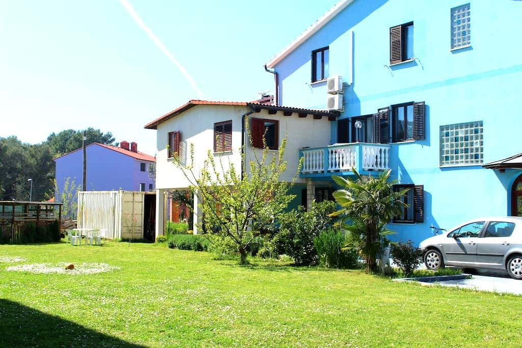 Cozy Vintage Apt 150m/sea,quiet st. - Fažana - Apartament