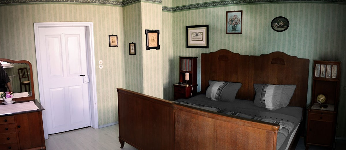 Das gemütliche Traditionszimmer- -- The cosy, traditional guest room-