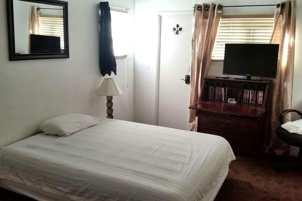 Master suite, private bath/entrance - La Verne