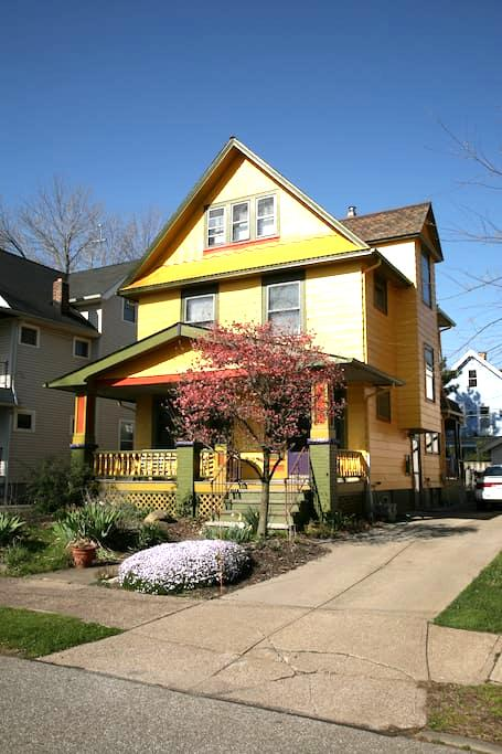 Private bed/bath in eclectic home! - Cleveland - House