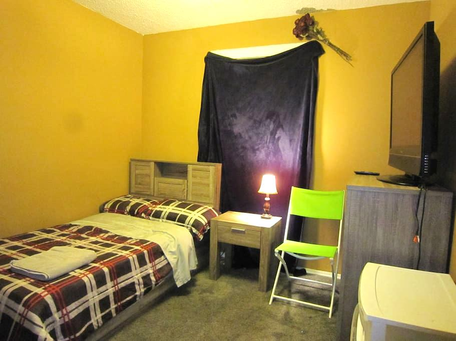 Private Room With Dresser & Closet - Calgary - Hus