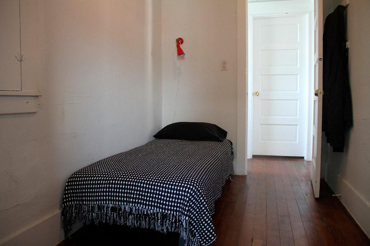 Cozy room near Downtown LA. Cheap!